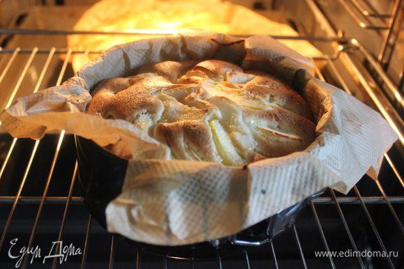 В разъемную, смазанную сливочным маслом форму (у меня две формы - диаметр 24 см и 18 см), вылейте большую часть теста, затем аккуратно распределите яблоки (оставьте немного яблок, чтобы украсить сверху), вылейте оставшееся тесто, распределите оставшиеся яблоки, и выпекайте в духовке при 190 °С 30 минут.