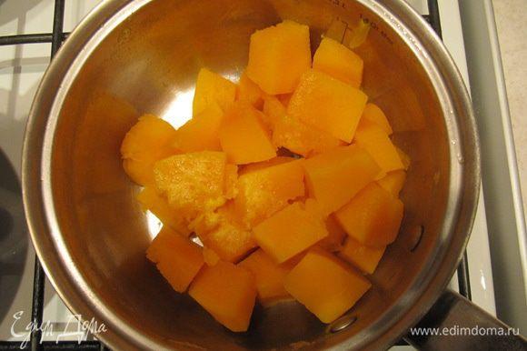 Тыкву порезать кубиками. Отварить до готовности, воду слить, размять в тыквенное пюре и охладить.