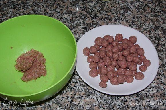 Хорошо вымесить фарш до однородной консистенции и слепить небольшие тефтельки величиной примерно с орех фундука.