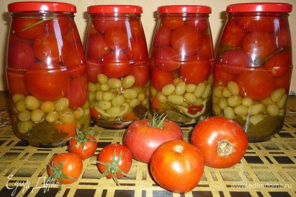 На дно каждой банки выкладываем – пряности, листья хрена, листики вишни, смородины, лавровые листики, гвоздику, зубчики чеснока. Затем аккуратно укладываем виноград вместе с веткой, на виноград кладем помидоры. В свободное пространство кладем полоски сладкого перца.