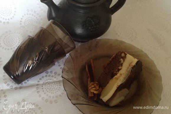 """Я соусы не делала, так как часть мусса """"убежала"""", покрыла верх шоколадной глазурью :) Пирог очень вкусный и сытный. Приятного чаепития."""