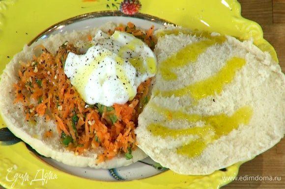 Питы раскрыть, на нижние половинки лепешек разложить морковную начинку, добавить по 1 ст. ложке йогурта, посолить, поперчить, сбрызнуть оставшимся оливковым маслом и накрыть верхними половинками пит.