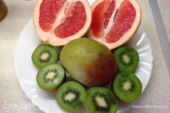 Все фрукты очищаем от кожуры (киви легко очистить с помощью столовой ложки) и выкладываем в блендер.