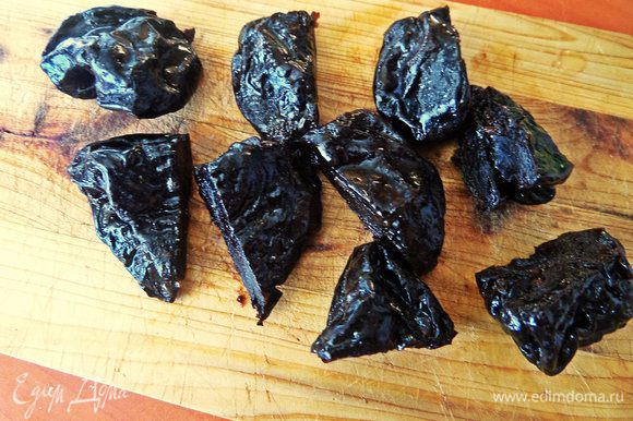 Утром нарезать промытый чернослив (или финики) пополам.
