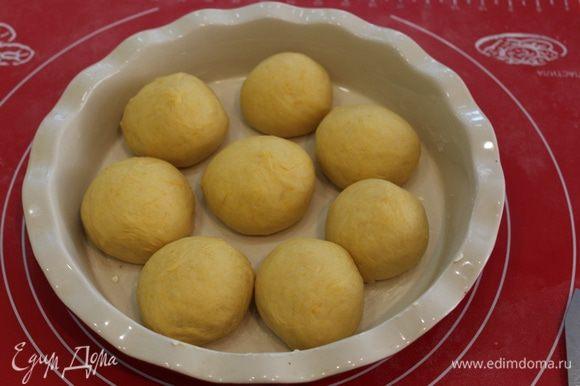 Сформировать булочки, выложить их в смазанную форму.