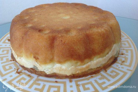 Немного остудите пирог в форме и переверните на тарелку. Приятного чаепития!