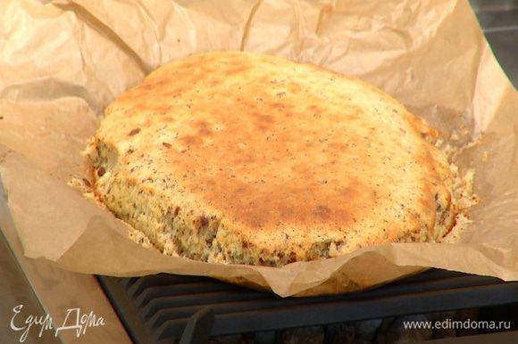 Выпекать пирог в разогретой духовке 25–30 минут.