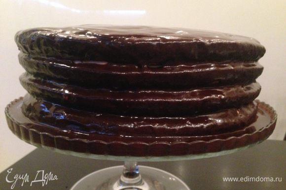 Поливаем торт остывшей глазурью.