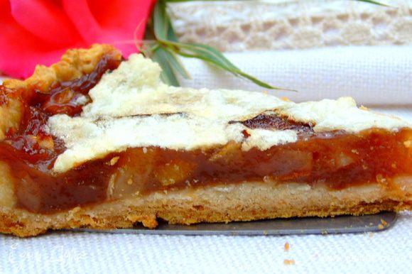 Пирог достать смазать джемом или медом. Дать остыть и можно подавать. Приятного аппетита!