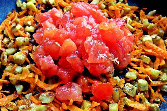 Затем отправить к овощам помидор без кожицы, тоже мелко нарезанный.