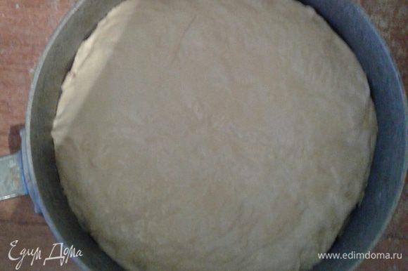 Далее укладываем начинку на тесто, равномерно распределяем. Сверху укладываем раскатанный второй кусок теста, заклеиваем пирог по краю. Сверху смазываем оставшимся взбитым яйцом.