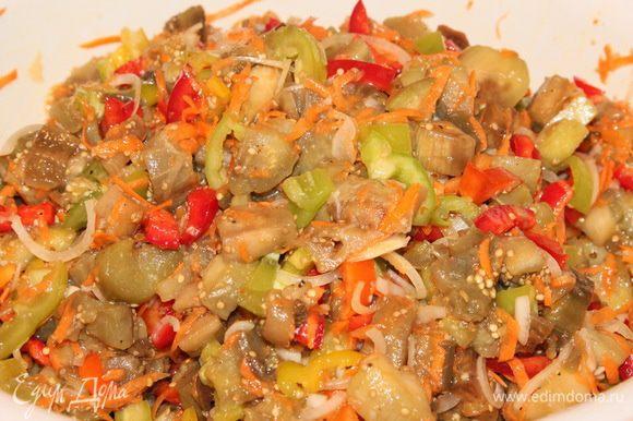Заправляем маринадом салат, тщательно перемешиваем и оставляем в таком виде на 2 часа мариноваться.