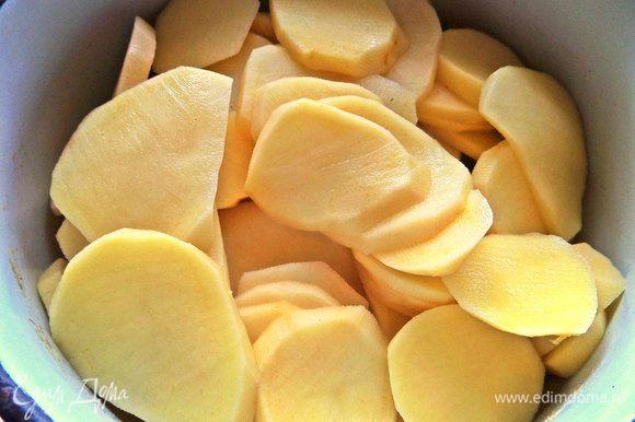 Картофель нарезать слайсами, чтобы быстрее сварился.