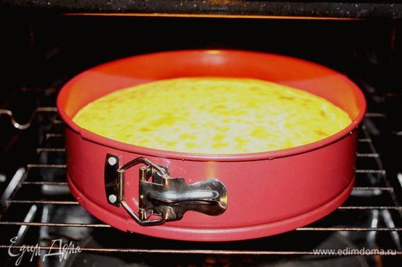 На дно духовки необходимо поставить емкость с водой.