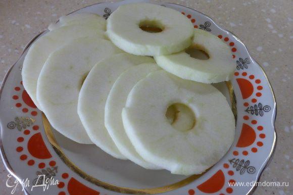 По рецепту при приготовлении оладьев берется 2 крупных яблока твердых сортов. У меня в наличии оказалось только одно яблоко, которого мне хватило, чтобы практически использовать все тесто, поскольку тесто у меня получилось как ОЧЕНЬ густая сметана, хотя я соблюла все пропорции (может быть весы подвели), но я разбавлять не стала, о чем в последствии не пожалела , т. к. оладьи получились пышные, высокие, воздушные - почти как пончики. Итак, в яблоках удалить сердцевину, снять кожуру и нарезать кружочками примерно 5 миллиметров толщиной.