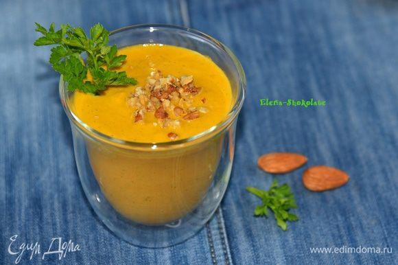 Перелейте смузи в бокал, добавьте рубленые грецкие орехи и веточку петрушки. Угощайтесь!