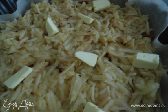 Теперь тертые яблоки и несколько кусочков сливочного масла. Ставим выпекать на 20 минут.
