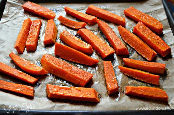 Растопите половину сливочного масла, смажьте им куски тыквы, поставьте в разогретую до 180 °С духовку и запекайте до мягкости, примерно 20 -30 мин в зависимости от сорта тыквы.