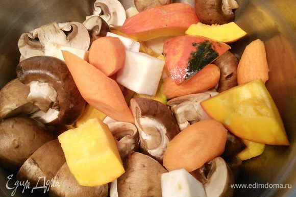 Овощи очистить, крупно порезать. Шампиньоны в зависимости от размера на четвертинки, половинки или целиком. Картошку крупными кусочками.