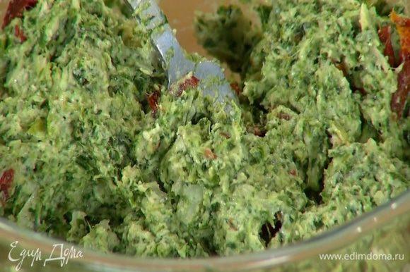В мучную крошку влить кефир, добавить размороженный шпинат, яйцо, натертый сыр, вяленые помидоры, все посолить и перемешать.