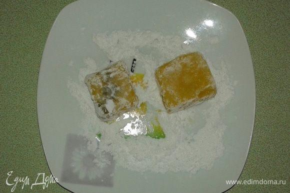 Когда рахат-лукум застынет, переворачиваем форму, разрезаем на небольшие квадратики и обваливаем их в смеси сахарной пудры и крахмала. Просто сахарная пудра может быстро впитаться.