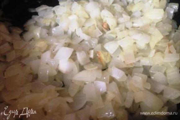 Вытащить мясо, разрезать на кусочки и отправить обратно в кастрюлю. Нарезать лук и обжарить его до прозрачности.