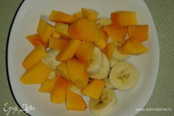 Тыкву очистить от кожуры и семечек, бананы тоже почистить и нарезать кусочками.
