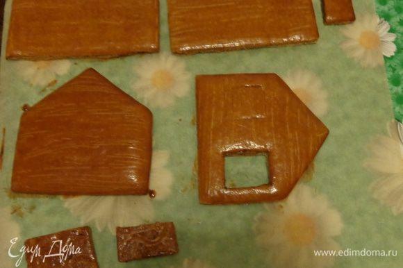 Аккуратно тонким ножом вырезать по шаблону все детали и печь их при 190 градусах до тех пор, пока не позолотится низ деталей. Это займет минут 12-15.