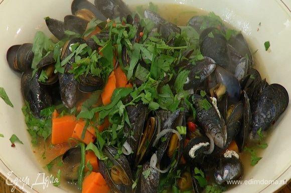 Мидии с бататом выложить в большое блюдо, посыпать измельченной зеленью и хлопьями паприки.