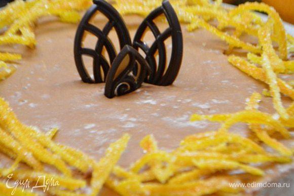 Снять борта у формы и украсить засахаренной цедрой и шоколадом. Приятного аппетита!