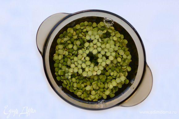 Зеленый горох хорошо промыть. Залить водой и оставить на ночь (или минимум на 2 часа) для набухания. Пирог с нутом, зеленым горохом и зеленью ингредиенты Воду слить, залить горох свежей водой, посолить по вкусу. Варить 20-50 мин. до готовности.