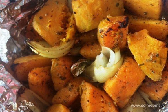 Очищаем небольшую тыкву (грамм 500-600) от кожуры, семян, нарезаем на кусочки. Чистим луковицу, режем на 4 части. Чистим чеснок. Складываем наши овощи в форму для выпекания, солим, перчим по вкусу. Добавляем орегано (у меня сушенный) и оливковое масло. Отправляем овощи выпекаться в разогретую духовку минут на 35-40.