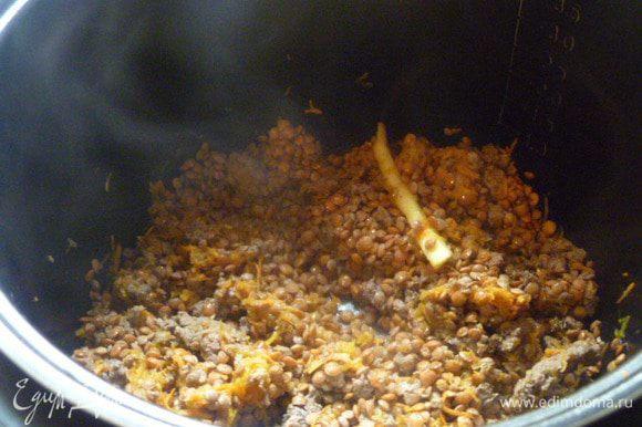Затем добавляем чечевицу плюс соль и травы, заливаем теплой водой и включаем Режим Каша на 1 час. В конце добавить укроп и дать настояться.