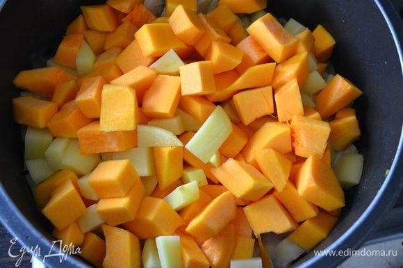 Следом добавить тыкву и картофель. Влить бульон (или горячую воду) и тушить до готовности, примерно 15-17 минут.