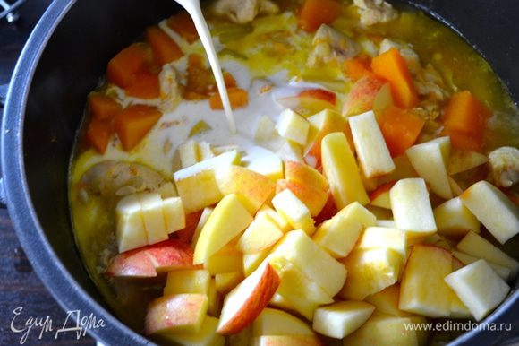 Тем временем, вымыть яблоки и нарезать кубиками (кожуру не снимать). Добавить яблоки к рагу, посолить, поперчить по вкусу, и добавить сливки. Потушить все еще 10 минут.