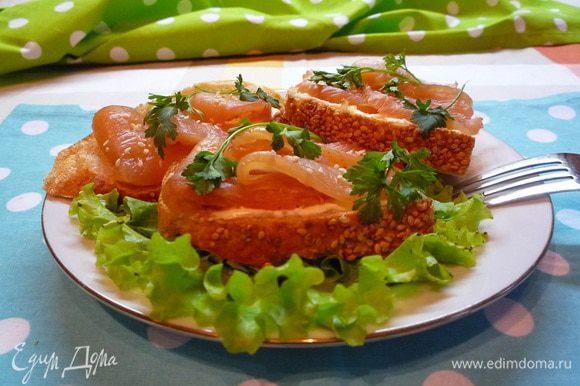 На тарелку положить листья салата, уложить сверху бутерброды, украсить зеленью и подавать к столу! Приятного аппетита!