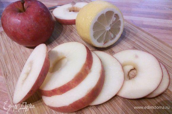 У яблок вырежьте сердцевинку, это очень удобно сделать ножом для чистки морковки.