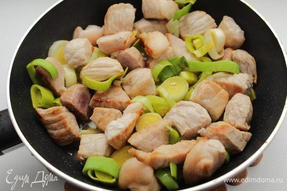 Разогреть растительное масло и подрумянить мясо, добавить лук-порей. Жарить 10-15 минут.