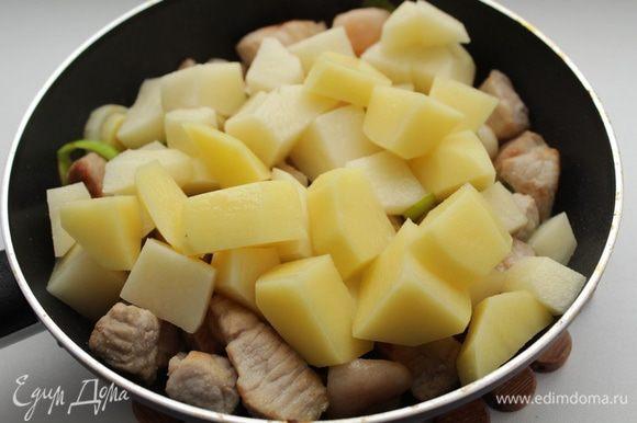 Положить картофель, тушить 5 минут.