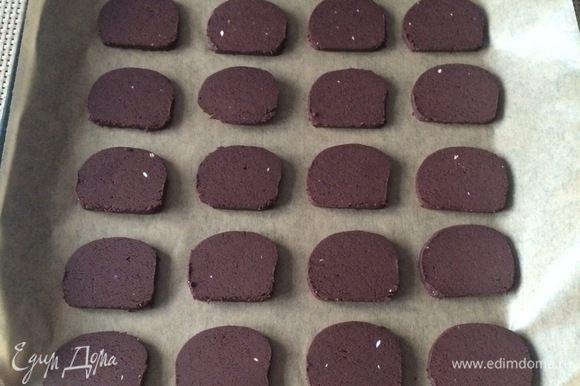 Укладываем печенье на противень на хорошем расстоянии друг от друга. Выпекаем в течение минут 10-12.