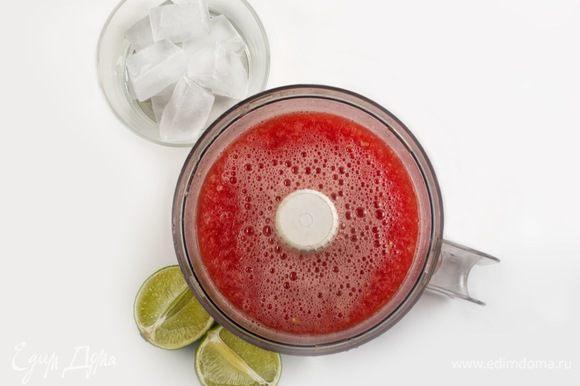 К арбузу и имбирю добавить сок лайма и кубики льда и все вместе взбить, пока лед не превратится в крошку.