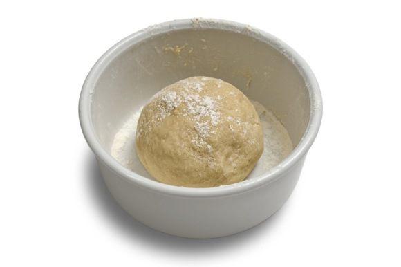 Добавить 1 яйцо, сахар, соль и влить дрожжи. Вымесить гладкое эластичное тесто.