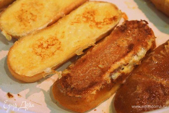 Сковороду разогреть. Обжарить хлеб в сливочном масле. Выложить на тарелку, сверху тёртое яблоко. Присыпать корицей. Приятного аппетита!