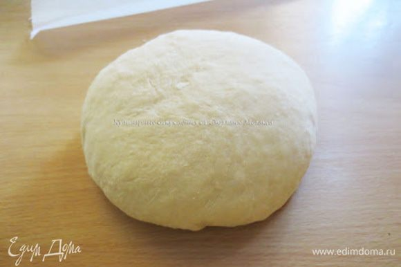 В теплом молоке растворить 1 ст. л. сахара, всыпать дрожжи и перемешать. Накрыть и оставить пока не появится шапочка. Муку просеять в глубокую миску. Добавить оставшийся сахар, ванильный сахар и перемешать. Яйцо взбить с солью В муке сделать ямку, добавить опару, взбитое с солью яйцо, масло и вымесить мягкое тесто. Вымешивать от центра к краям, подбирая муку со стенок миски. Готовое тесто собрать в шар и использовать для приготовления выпечки сразу. Время на подъем не требуется.