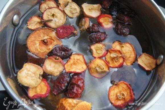 Поставить на огонь, добавить гвоздику и варить на медленном огне 15 минут. Когда отвар будет готов, добавить в него мед и перемешать.Оставить настояться на 30 минут, лучше укутать кастрюльку теплым полотенцем.