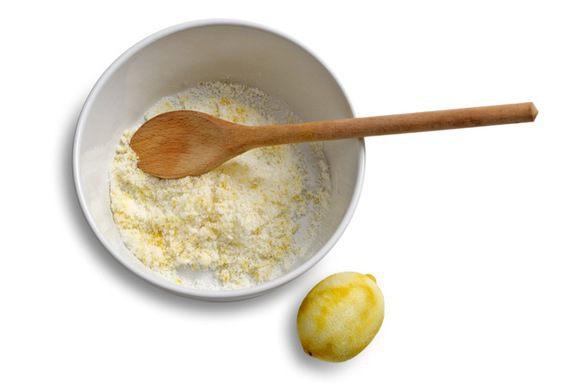 Сахар растереть с цедрой лимона.