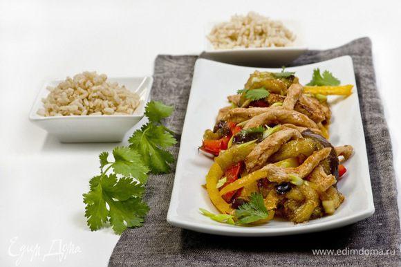 Подавать с рисом, украсив зеленью. Приятного аппетита!