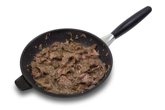 В отдельной, предварительно разогретой, сковороде в течении 5 минут обжарить мясо.
