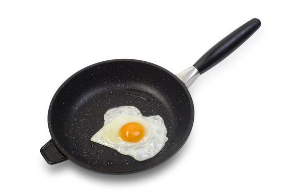 Приготовить яичницу глазунью.