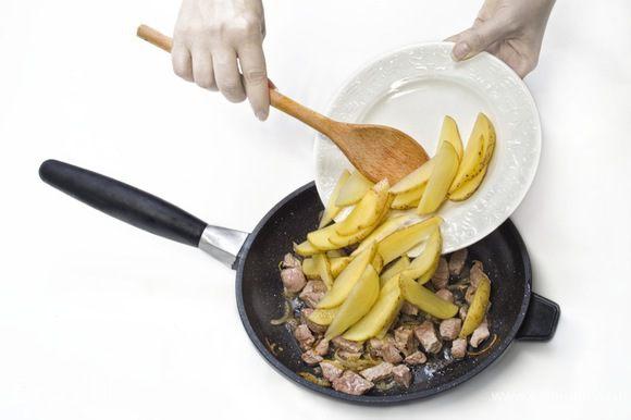 Очищенный картофель нарезать дольками и выложить в сковороду с луком и мясом. Жарить под крышкой до полной готовности, периодически помешивая.
